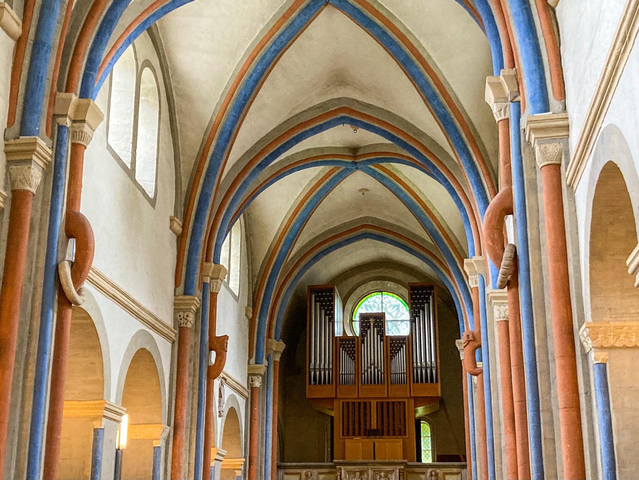 Innenansicht zur Orgelempore mit vorgewölbten Diensten