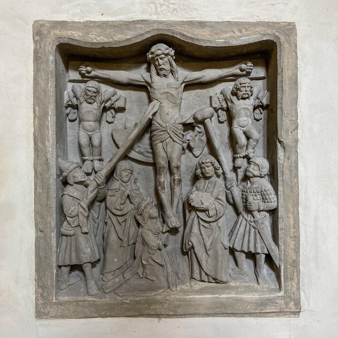 Kreuzigungsrelief in der Südmauer