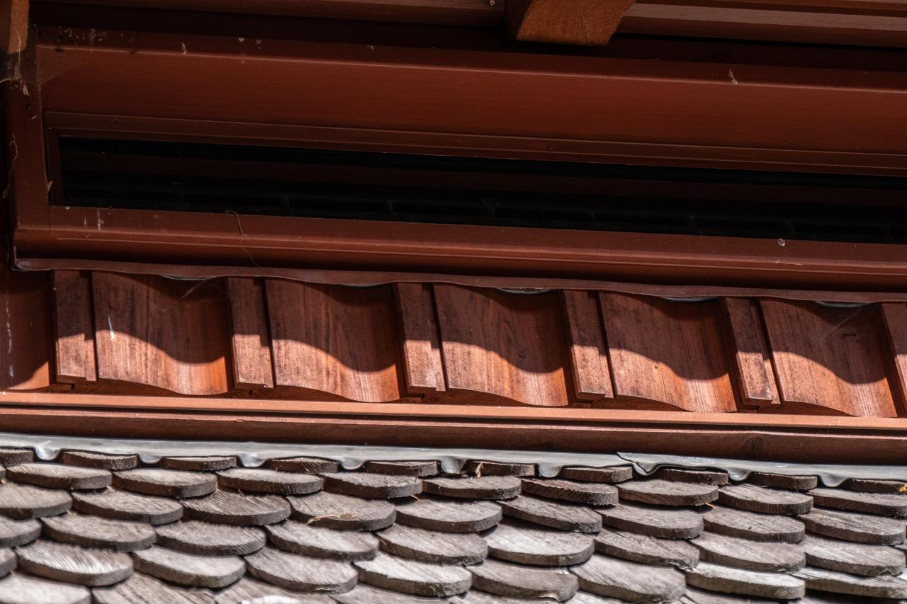 Schindeln und Wandkonstruktion mit Nut und Feder