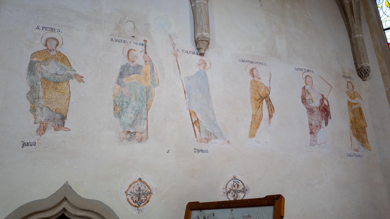 Apostelfresken im Chor
