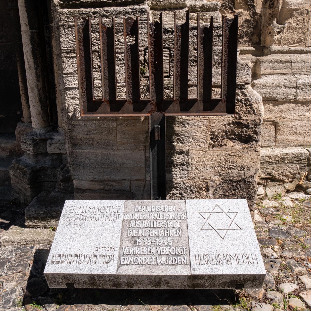 Geborstene Menora zur Erinnerung der Holocaust-Opfer