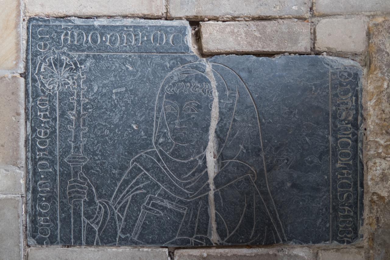 Grabplatte im Kreuzgang