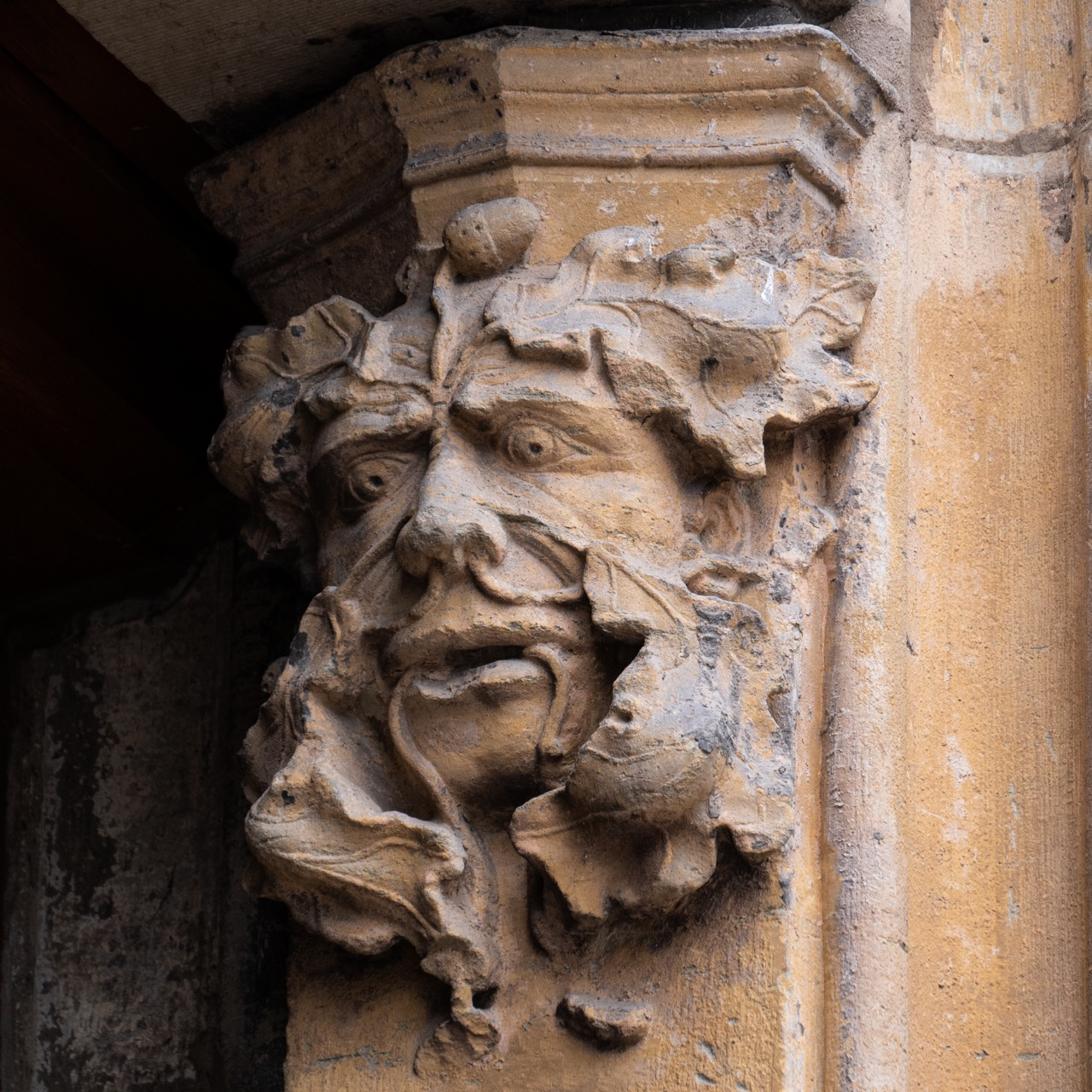 Grüner Mann am Portal rechts
