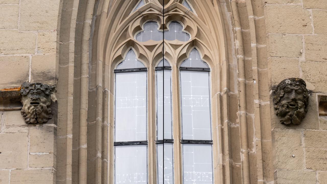 Grüne Männer, rechts und links des Doppelfensters an der Südwand