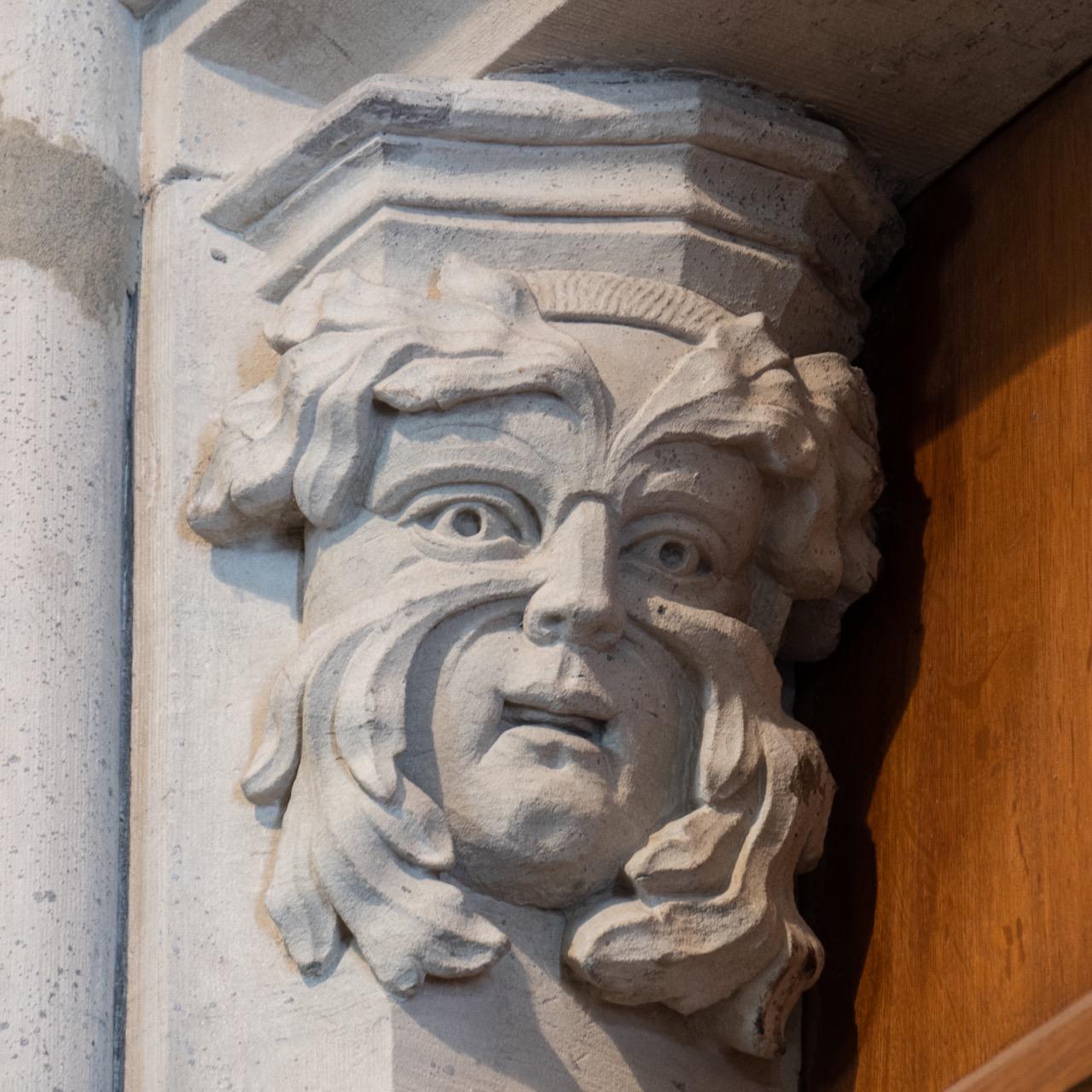 Grüner Mann am Portal der Vorhalle
