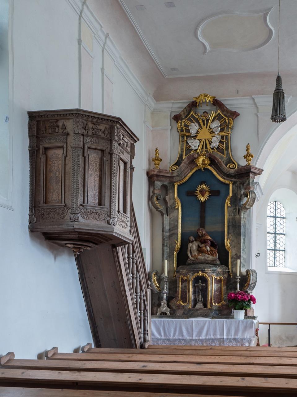 Nördlicher Seitenaltar (Mitte 18. Jh.) mit Pietà (frühes 17. Jh.) und Kanzel (um 1600)