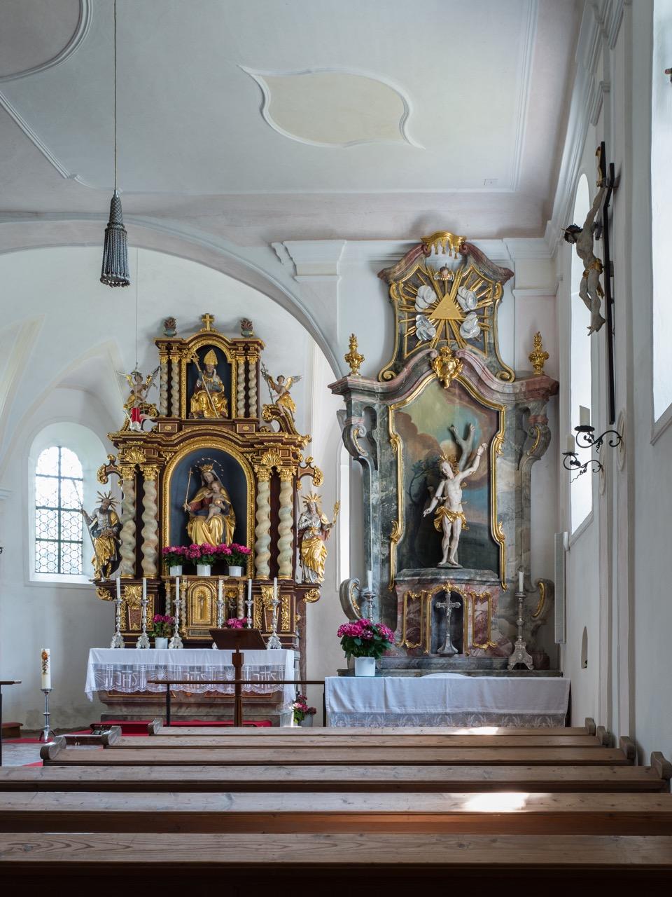 Südlicher Seitenaltar des hl. Sebastian (Mitte 18. Jh.) und Hochaltar (Anfang 18. Jh.)