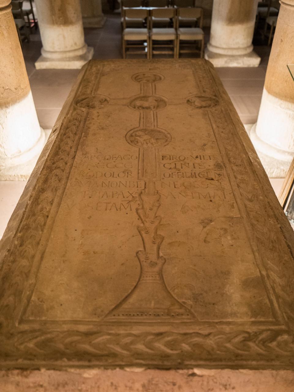 Krypta, Grabplatte über Bernwards Grab (11. oder 12. Jh.)