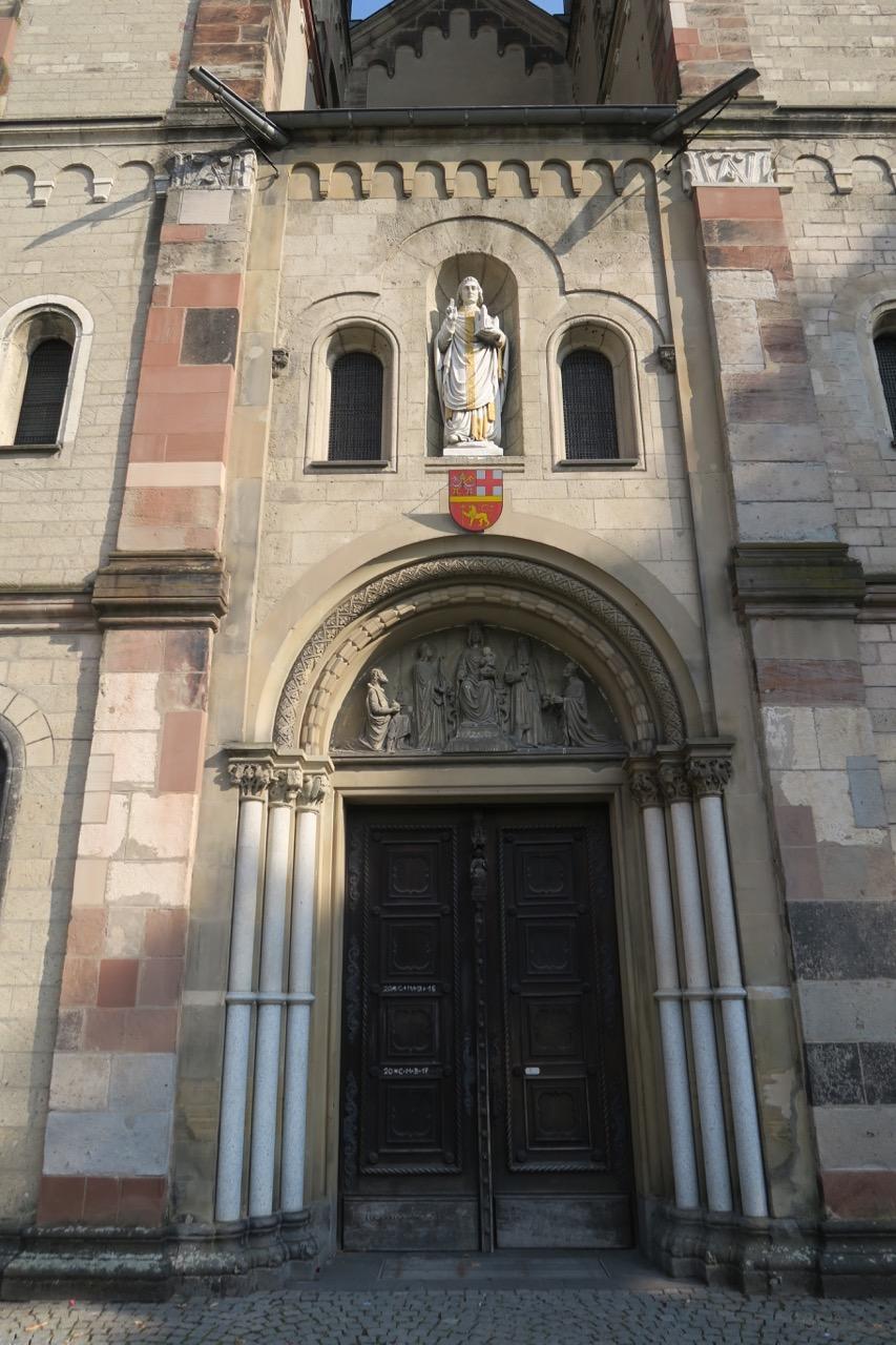Westportal mit Statue des Hl. Kastor
