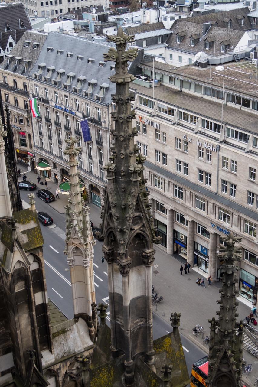 Köln, Dom, Fialen am Strebewerk (unterschiedliche Färbung des sanierten und des originalen Werksteins)