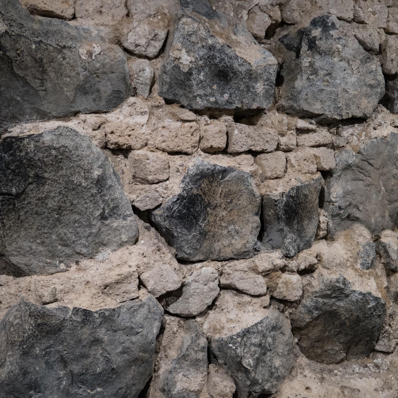 Köln, Dom, Fundamentschichten aus Basalt und Tuff in der Krypta