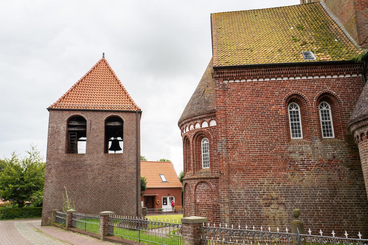 Außenansicht des Chors und des Glockenturms von Norden