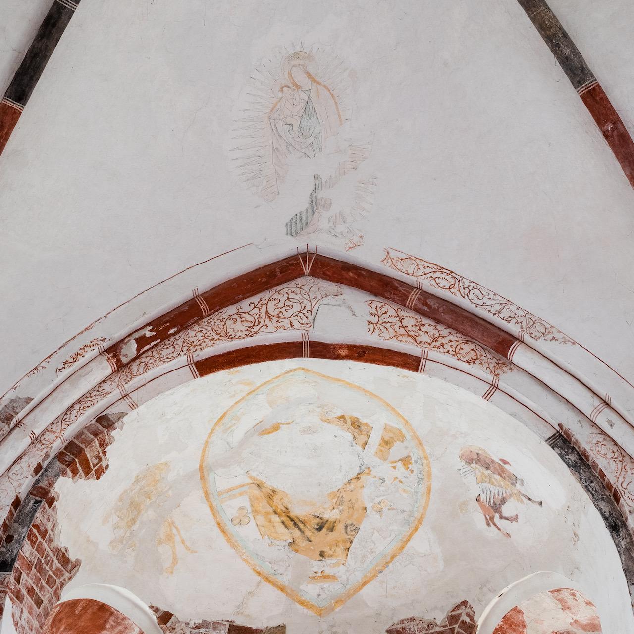 Deckenmalerei im Chor (Christus in der Mandorla in der Apsis frühes 14. Jh., Maria im Strahlenkranz über dem Apsisbogen spätes 15. Jh.)