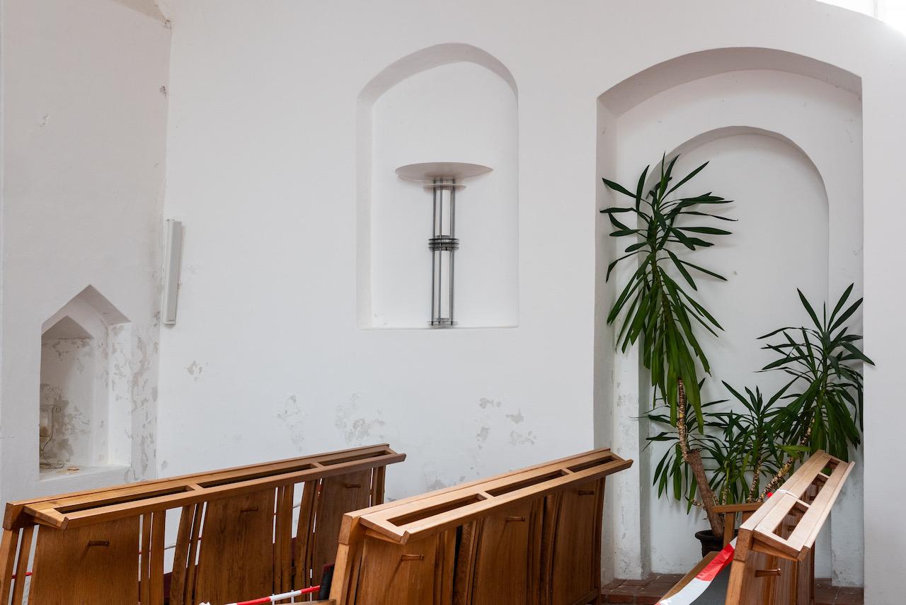 Nischen in der Südwand (von links vermutliche Lepraspalte, Nische für Seitenaltar, ehemalige Priestertür)