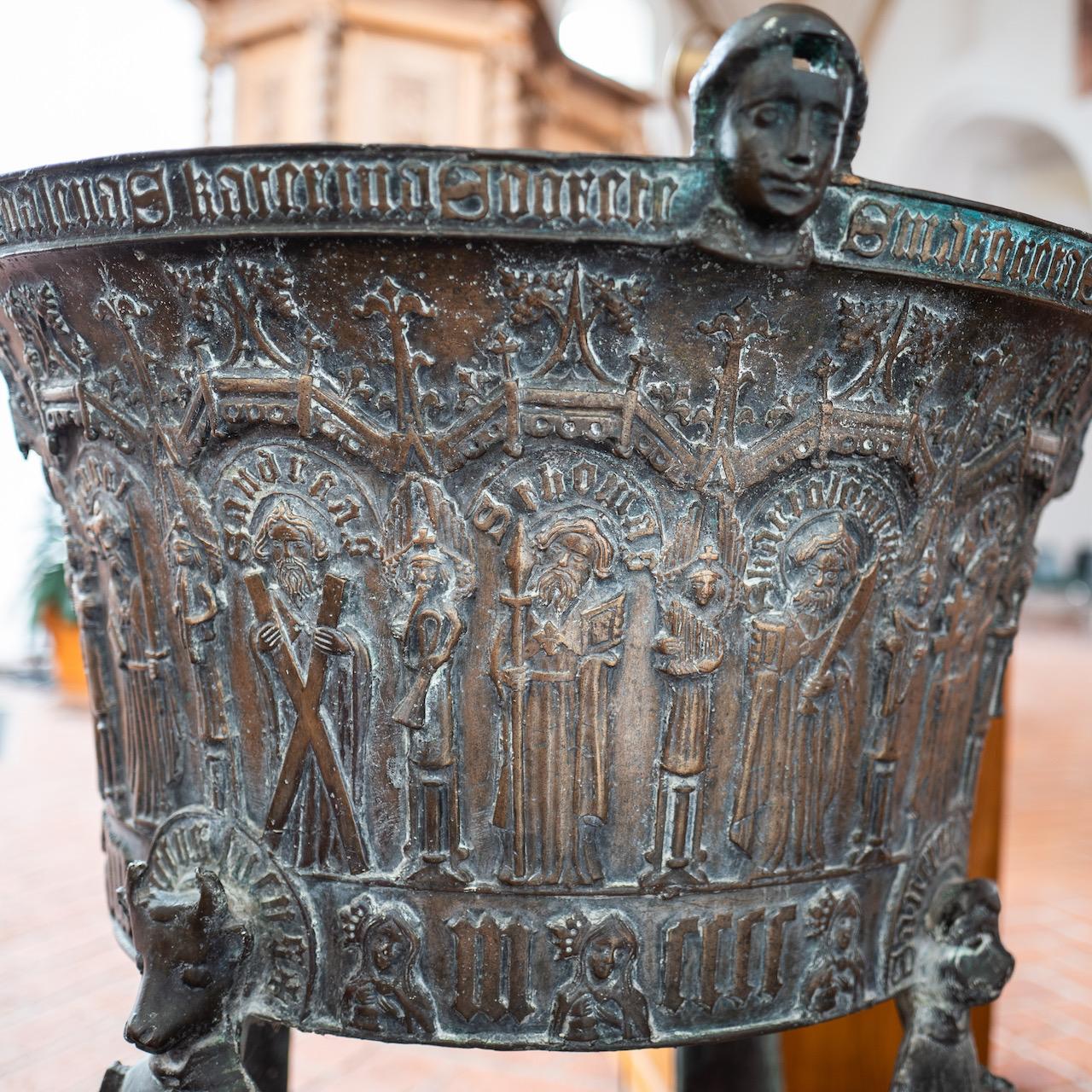 """Taufbecken (Hinrich Klinghe, 1469), Detail mit den Aposteln Andreas, Thomas und Bartholomäus, musizierenden Engeln und drei """"törichten Jungfrauen"""""""