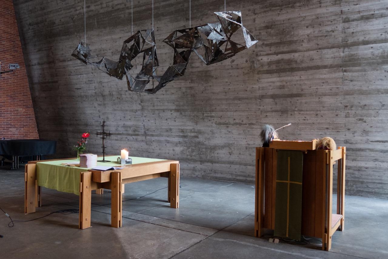 Altarraum mit Bronzeplastik (Hans-Peter Fitz, 1965)