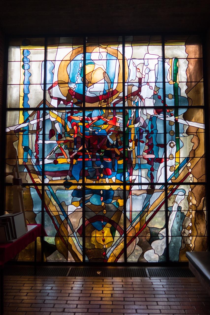 Buntglasfenster in der Andachtsnische (Heinz Trökes, 1965)