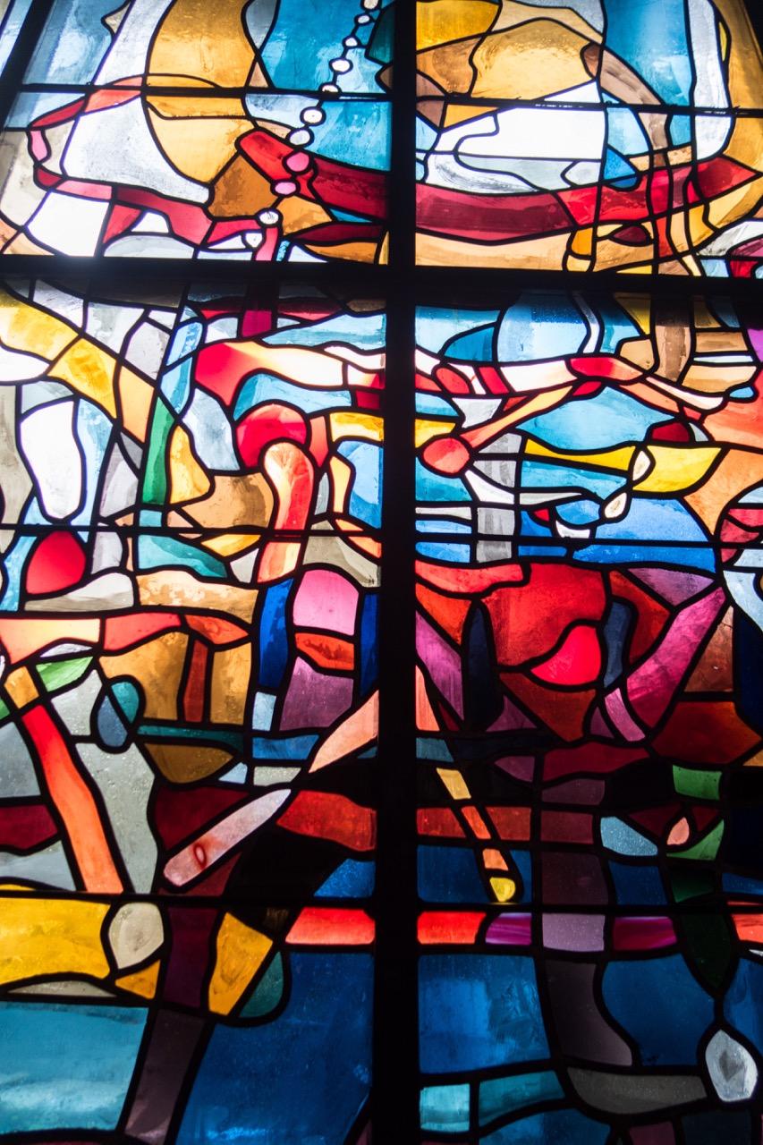 Buntglasfenster in der Andachtsnische, Detail (Heinz Trökes, 1965)