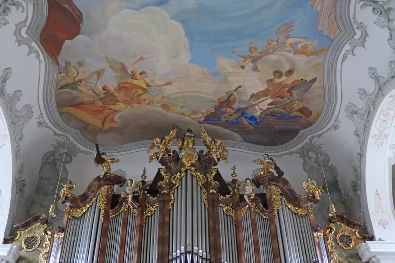 Musikantenfiguren auf Orgel und Deckengemälde
