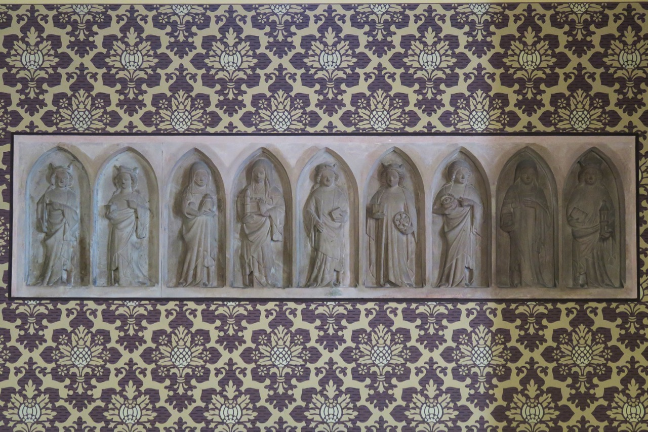 Sandsteinplatte mit neun weiblichen Heiligen