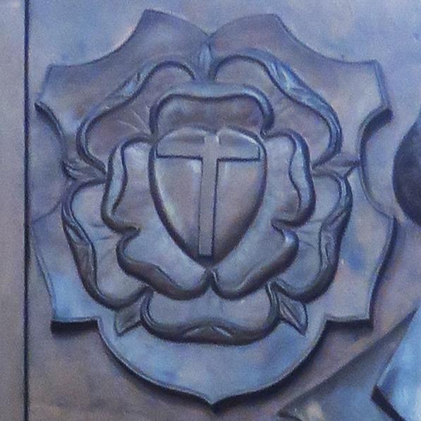 Bronzeepitaph für Martin Luther, Detail (Lutherrose)