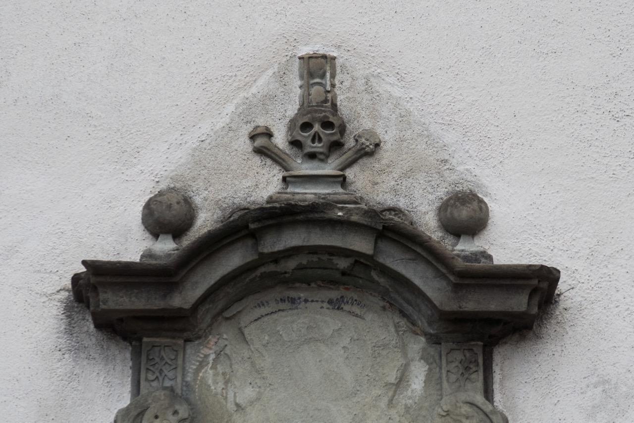 Grabmal am Eingang