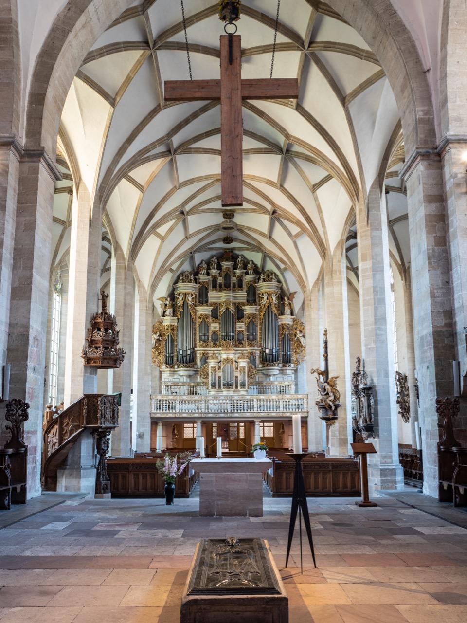 Innenansicht zur Orgelempore, im Vordergrund das Grab Rudolfs von Schwaben