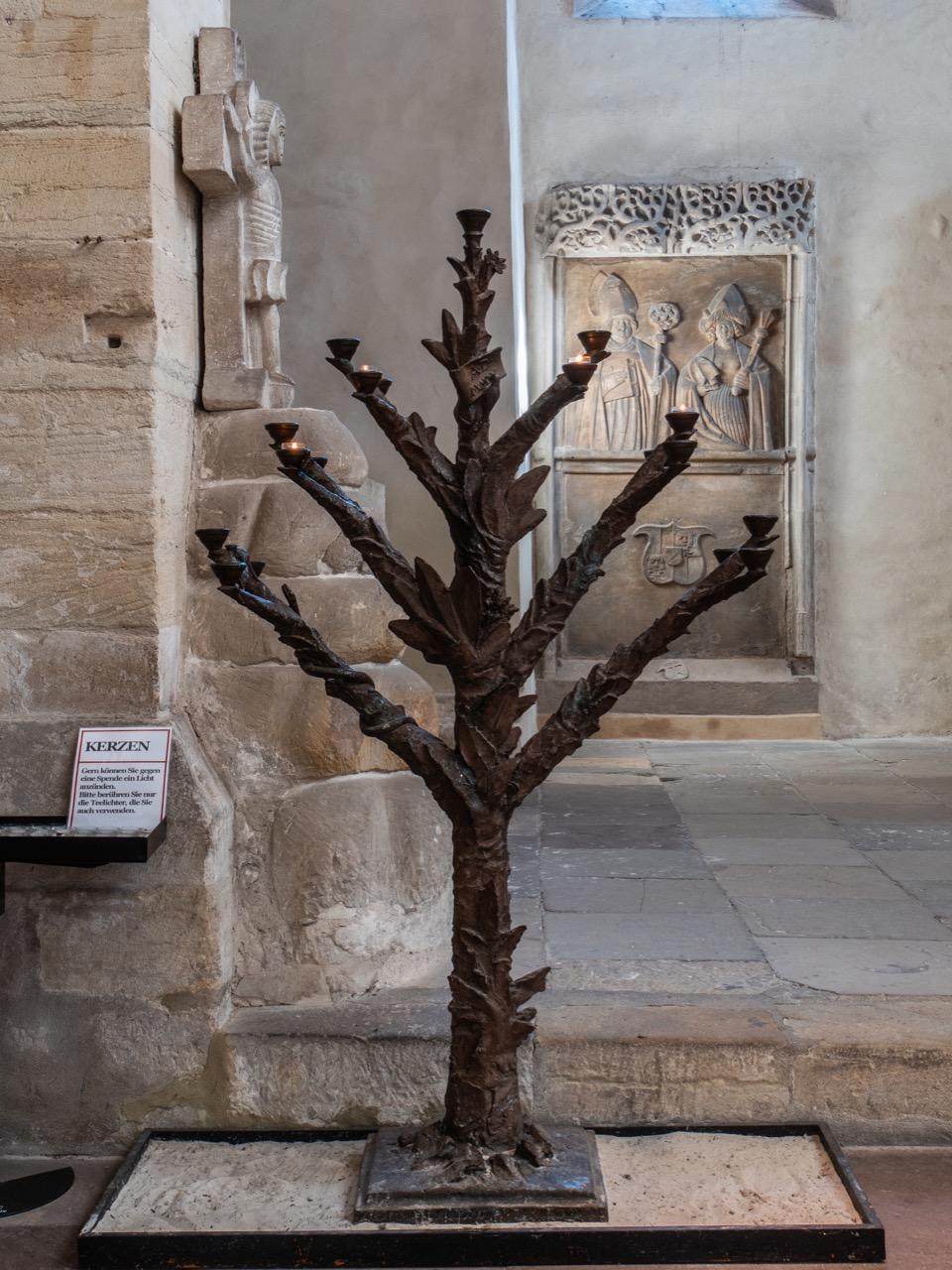 """Leuchter als """"Baum der Erkenntnis"""" in der Vorhalle (Heinrich Apel, 2004)"""
