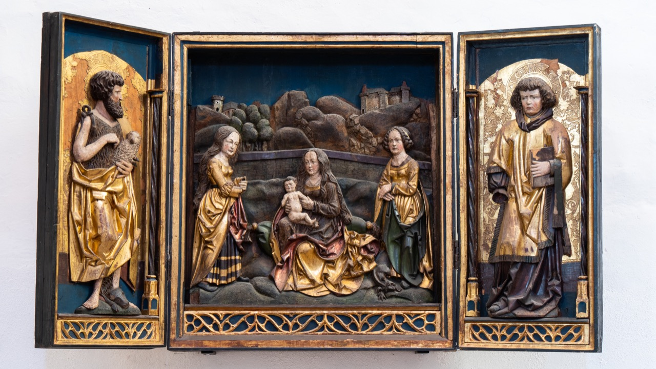 """Altarretabel mit """"Madonna im verschlossenen Garten"""" (um 1520), an den Seiten Johannes der Täufer und der hl. Laurentius"""