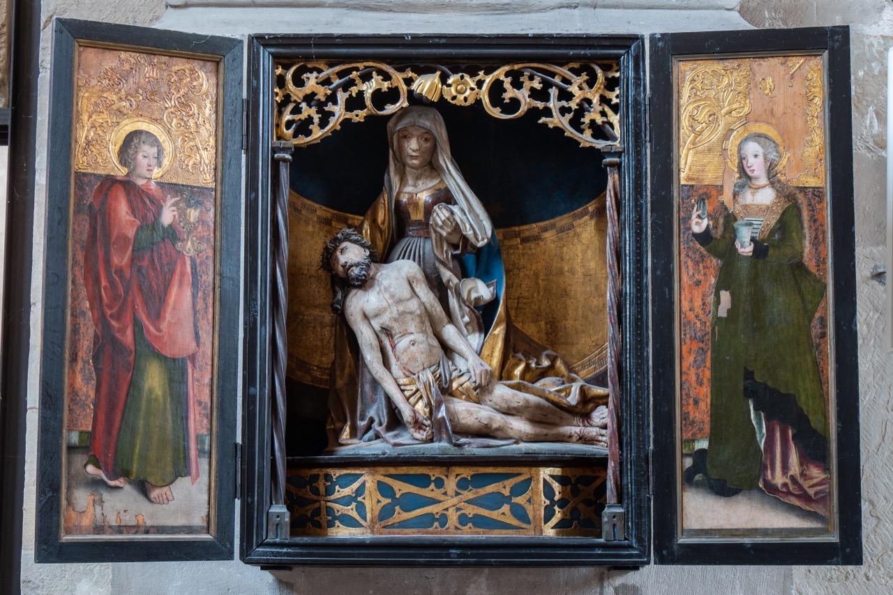 Altarretabel mit Pietà am nördlichen Vierungspfeiler (ca. 1510–1520), an den Seiten Johannes der Evangelist und Maria Magdalena