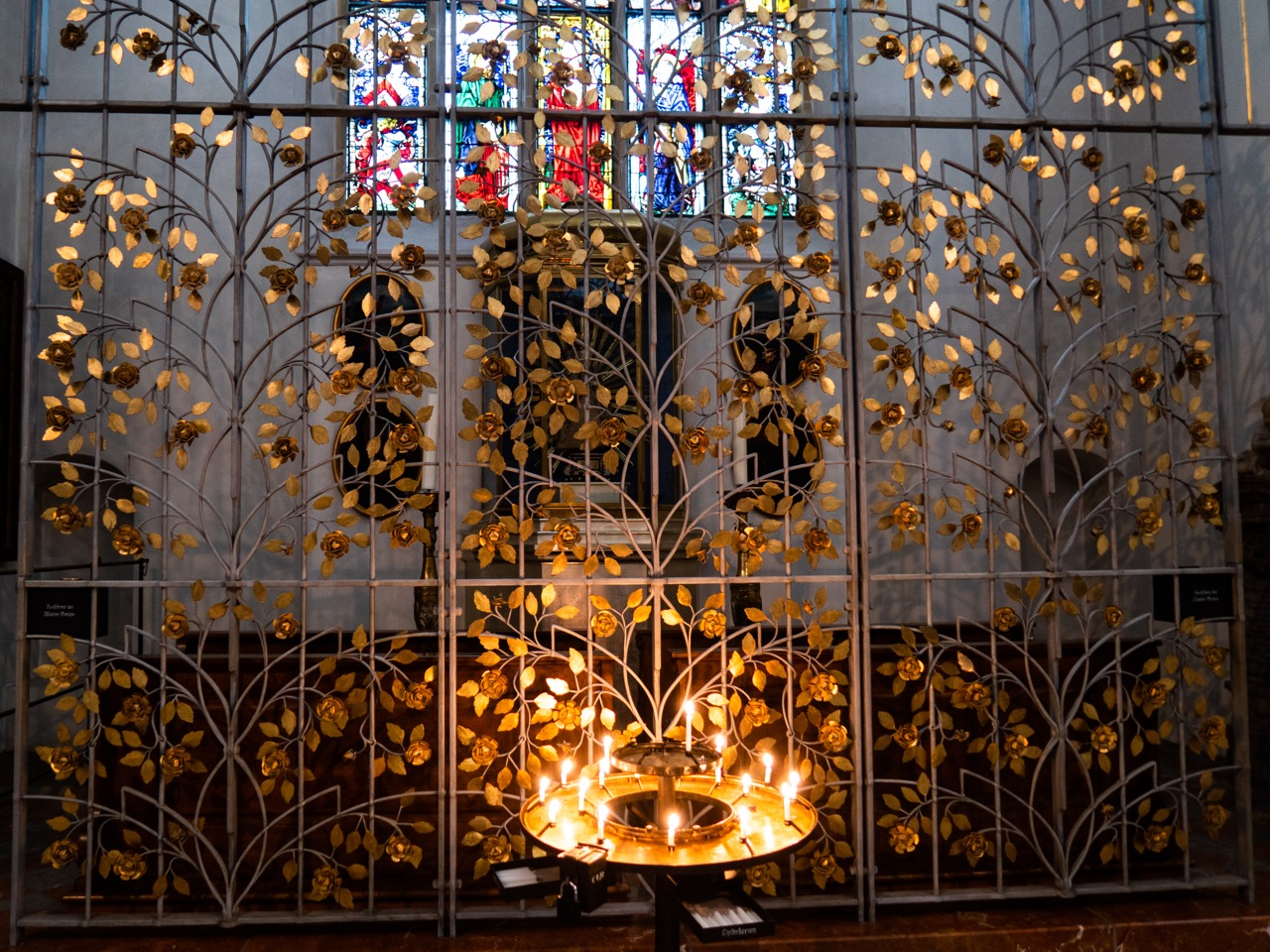 Kapellengitter der Chorscheitelkapelle mit marianischem Rosenmotiv