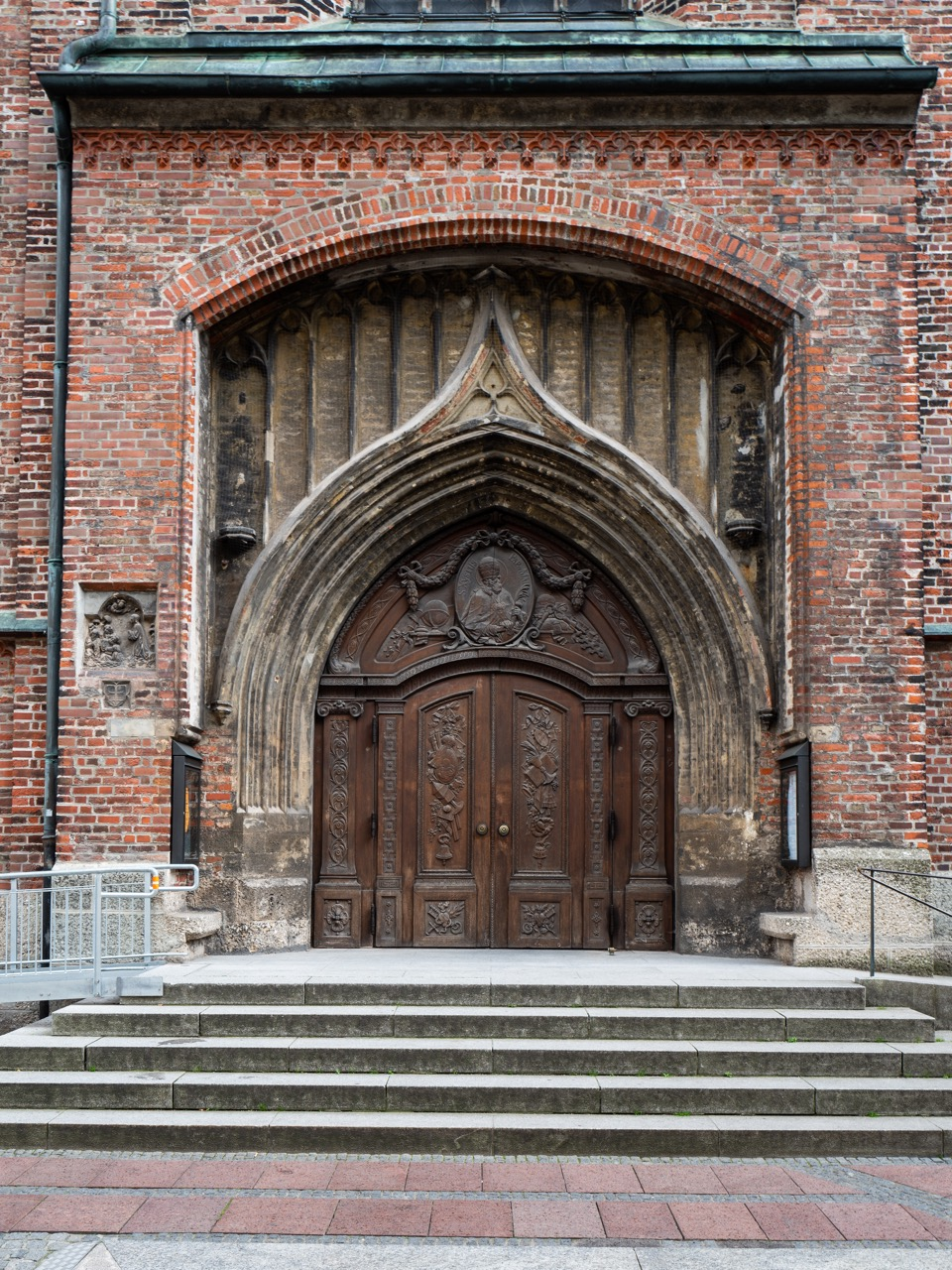 Nordwestportal mit Türrelief des hl. Sixtus (Ignaz Günther, 1772)