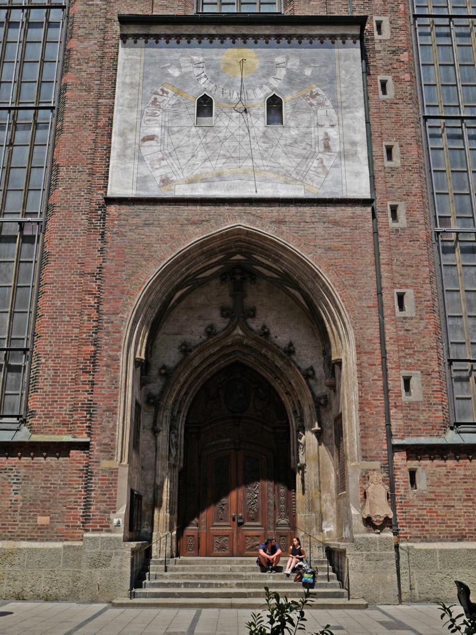 Südostportal (Donatusportal) mit Sonnenuhr (restauriert 1996)