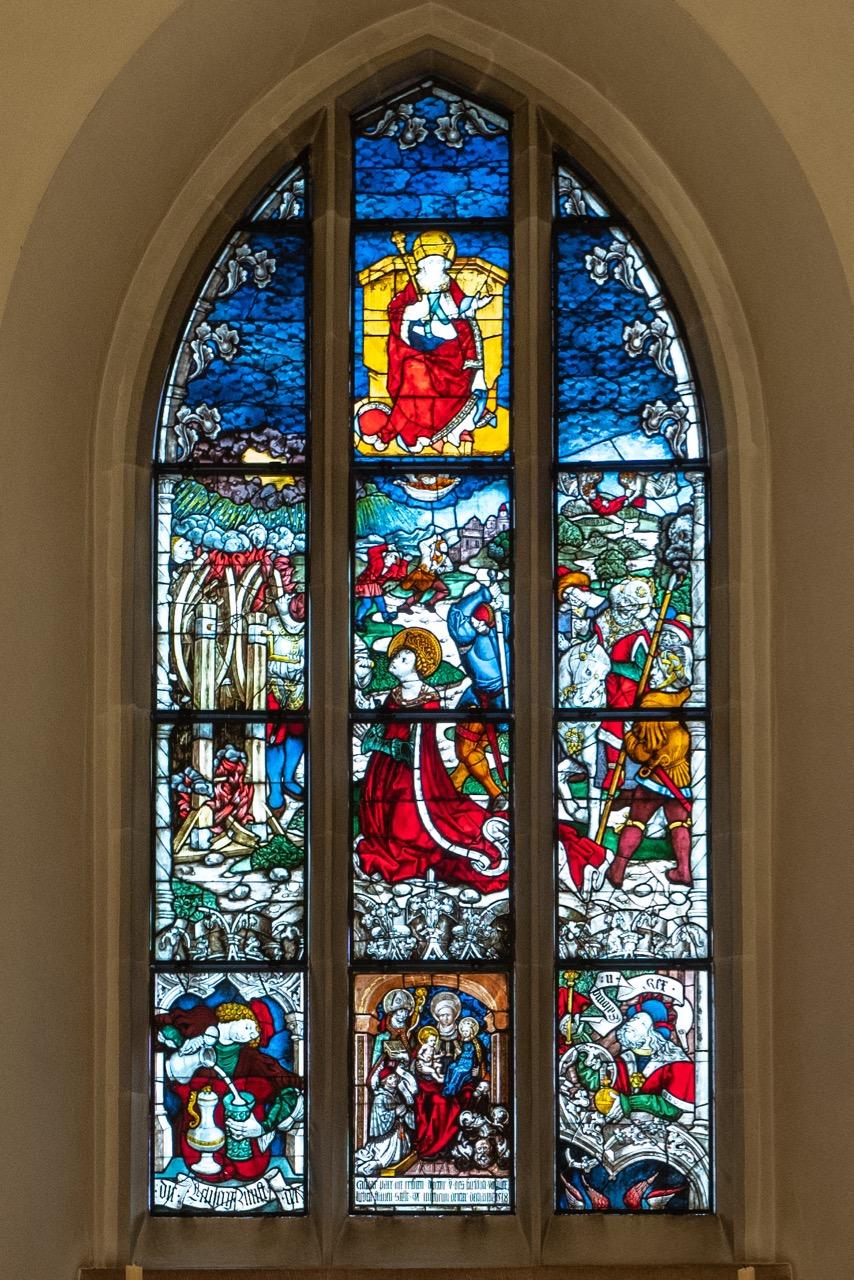 Sakramentskapelle, Buntglasfenster mit Fragmenten aus fünf verschiedenen Glasgemälden (um 1500)