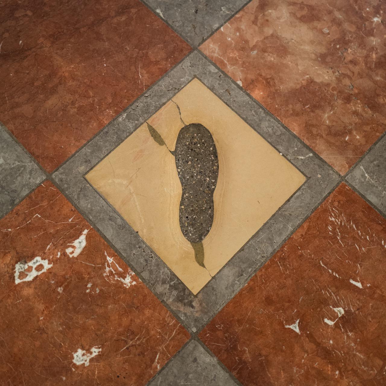 """""""Teufelstritt"""" (Bodenplatte mit Fußabdruck) in der Eingangshalle"""