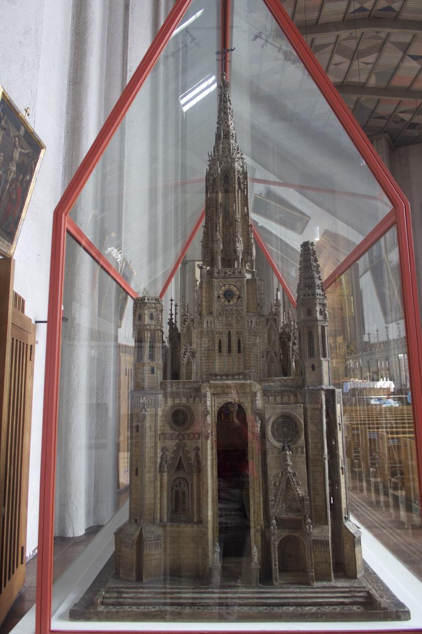 Modell der Vorgängerkirche (Westfassade)