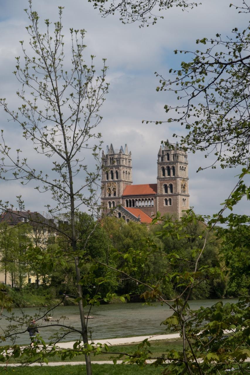 Außenansicht von Süden über die Isar
