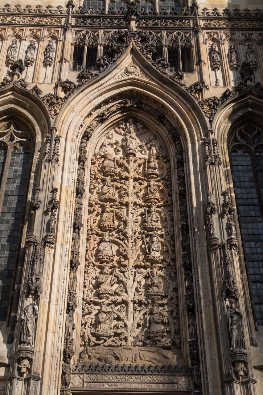 Wurzel-Jesse-Relief über dem Portal