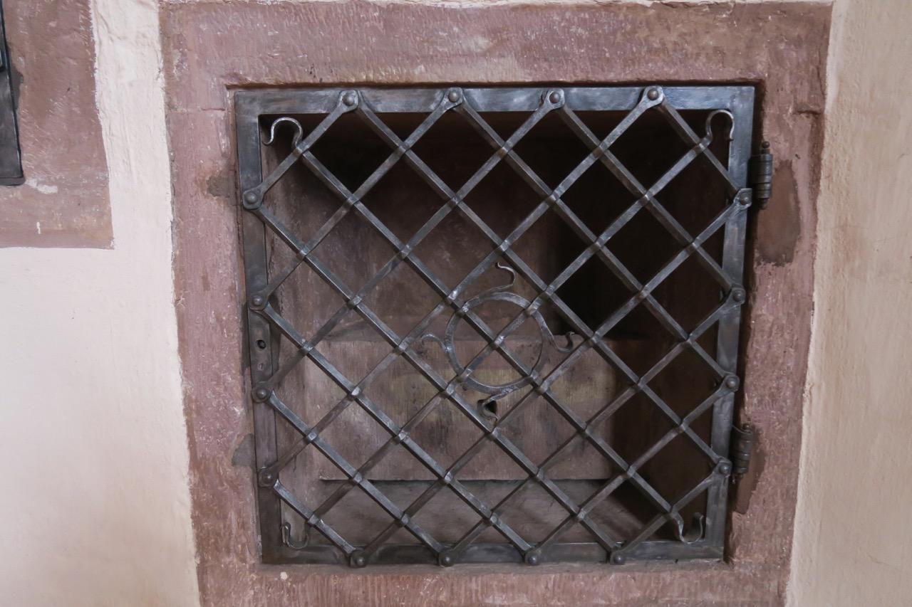Waschbecken mit schmiedeeiserner Tür (Wilhelm Pfeiffer, 1965)