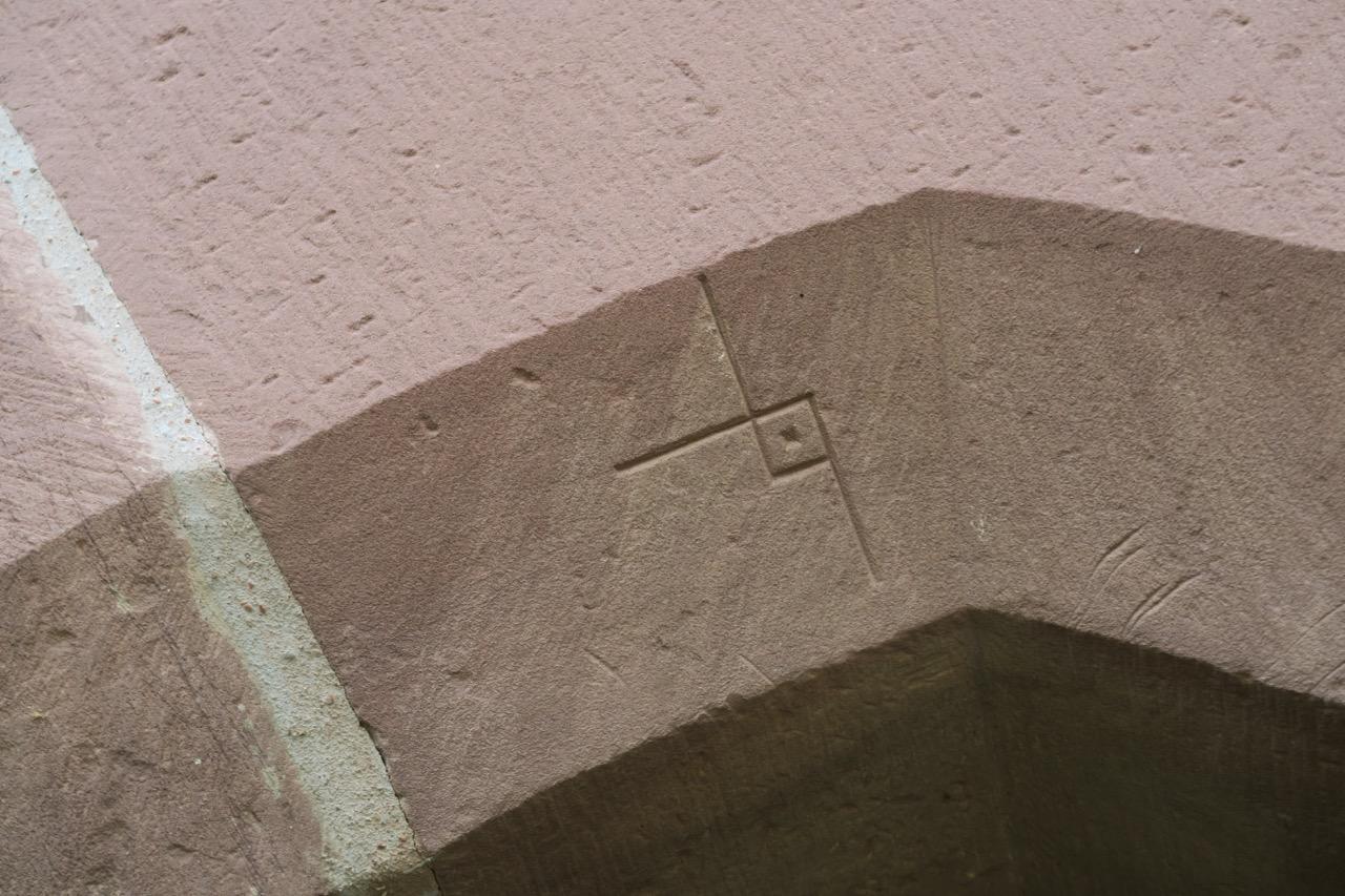 Steinmetzzeichen im Portal (16. Jh.)