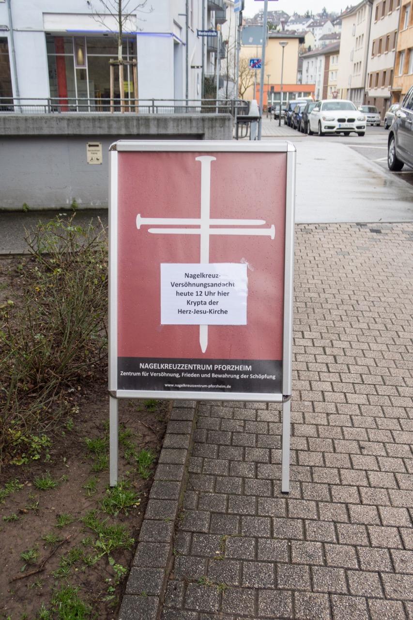 Hinweisschild zur Nagelkreuzandacht (während der Zeit der Vesperkirche in der benachbarten Herz-Jesu-Kirche)
