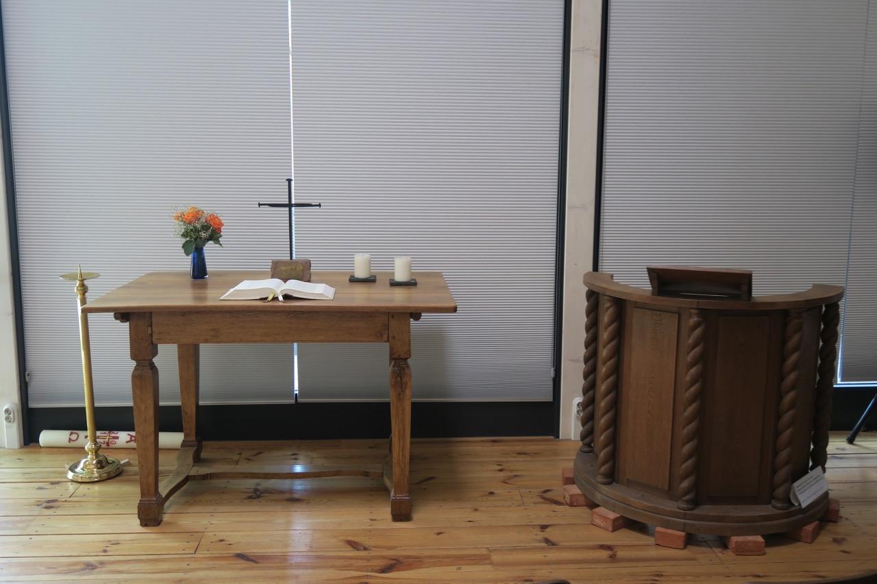 Hölzerner Altartisch (1800) mit Coventry-Nagelkreuz (2004)