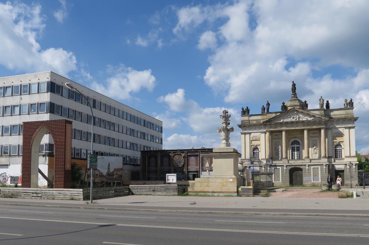 """Nagelkreuzkapelle mit Nagelkreuzbogen und Fassade des """"Langen Stalls"""""""