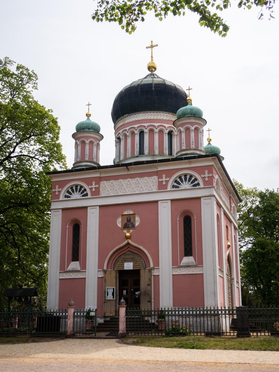 Außenansicht von Westen mit Eingangsportal