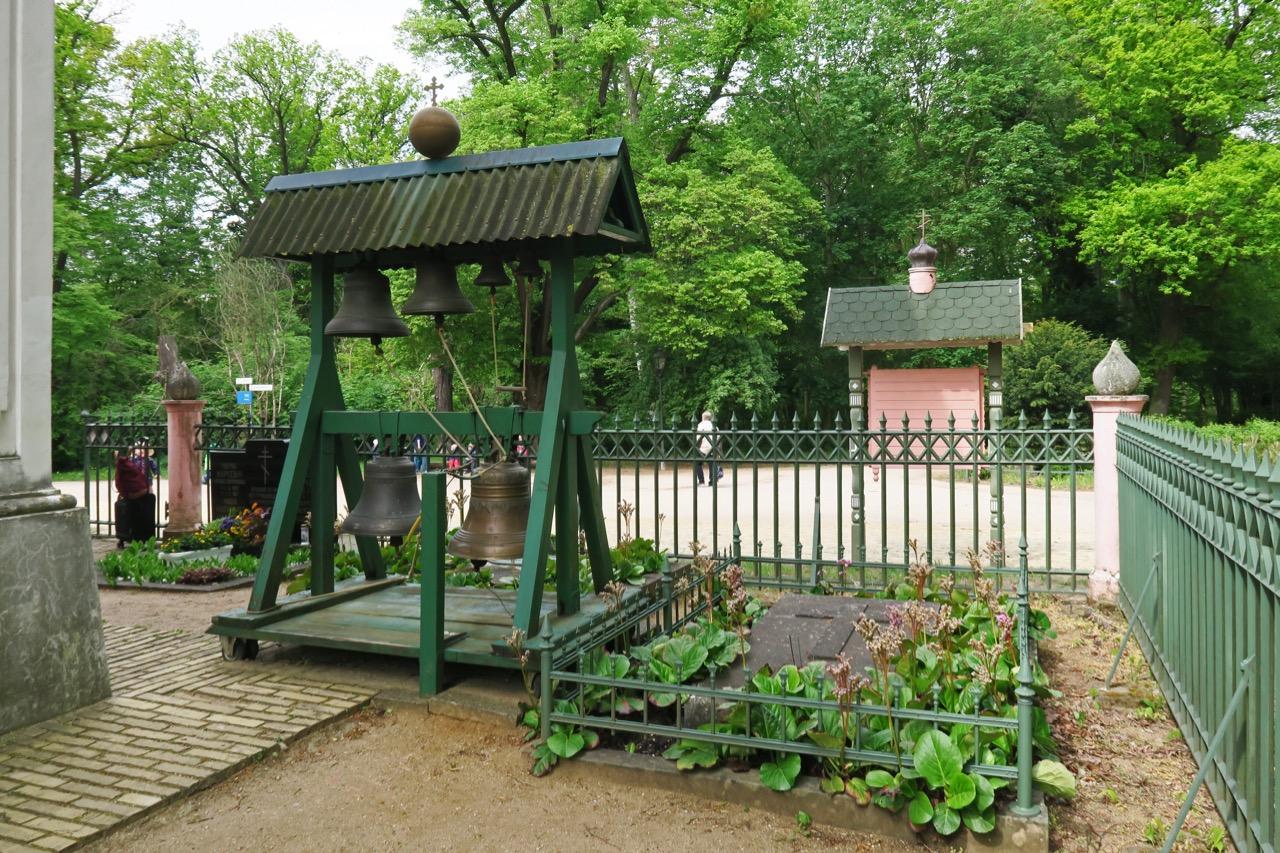 Glockenstuhl und Kirchhof