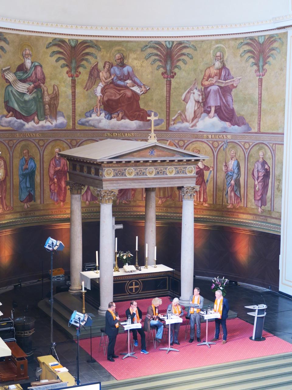 Ziborium im Altarraum