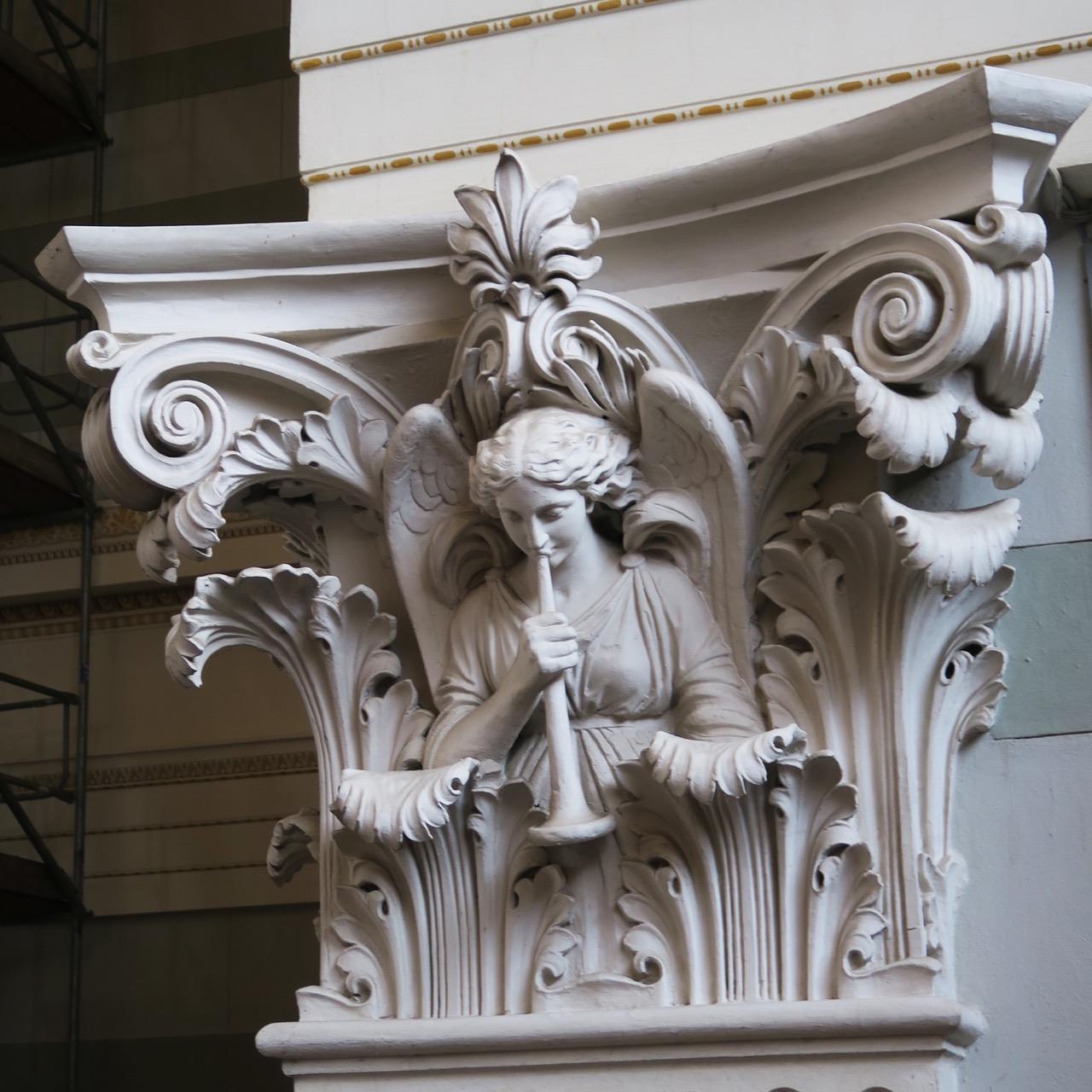 Kapitell mit musizierendem Engel