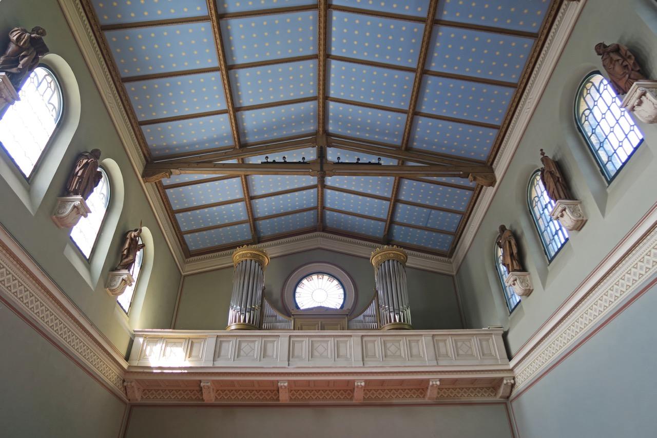 Orgelempore, Obergaden und Decke mit Sternenhimmel