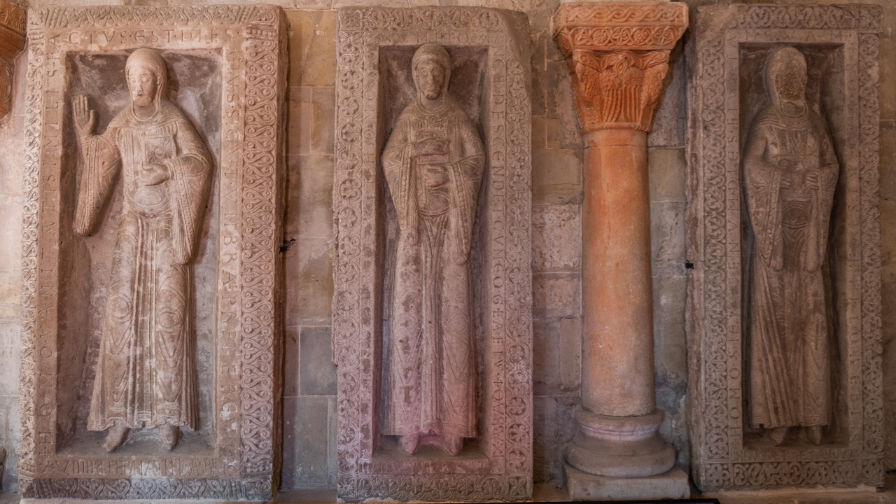 Grabplatten in der Krypta (von links die Äbtissinnen Adelheid I., Beatrix I. und Adelheid II.)