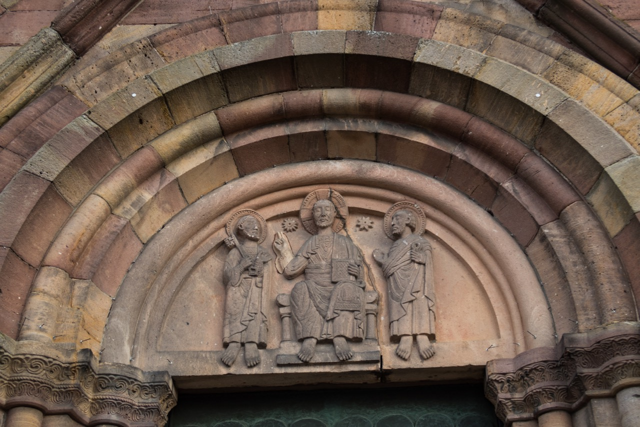 Romanisches Tympanon: Christus als Weltenherrscher zwischen Petrus und Paulus